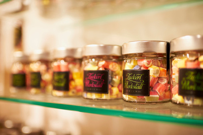 In der Wiener Zuckerlwerkstatt werden die Bonbons noch handgefertigt. Für die ausgezeichnete Qualiät bürgen Christian Mayer und Maria Scholz!