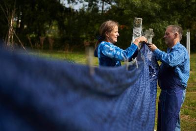 Der blau eingefärbte Stoff wir draussen auf der Wäscheleine zum trocknen aufgehängt. Die Blaudruckerei Koo befindet sich in Burgenland-Steinberg.