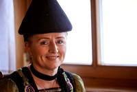 """Maria Meusburger im Bregenzerwald, ist die """"Juppo und Emlmachare"""", eine der wenigen, die das Handwerk der Bregenzerwäldertracht noch beherrschen. das160309__DSC5333"""