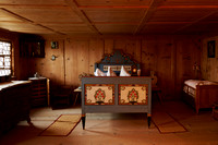 Ehebett und Kinderbett im Schlafzimmer-131104-0301