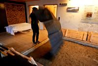 Juppenwerkstatt in Riefensberg, der Stoff wird zum befeuchten ausgelegt.