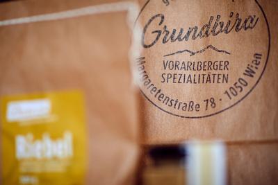 """robertkalb photographien - kulinarik: Vorarlberger Spezialitäten-Geschäft """"Grundbira"""" mit Inhaberin Katrin Schedler"""