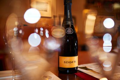 robertkalb photographien - kulinarik: Sektkellerei Szigeti; Stimmungsbild mit einer Flasche Sekt und Sektgläser im Verköstigungsraum.
