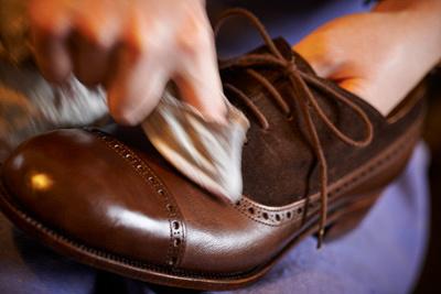 Maßschuhmacherei Pfaffenlehner; Doris Pfaffenlehner pflegt das Oberleder der Schuhe.
