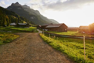Schoenenbach im Brgenzerwald-Blick in das Dorf bei Gegenlicht
