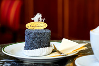 Kulinarik: Cafe Schopenhauer, eine Mohn-Preiselbeertorte mit Melange auf dem Tisch.